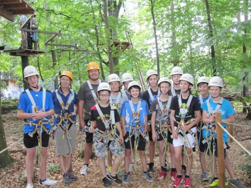 D-Junioren mit vielen Mutproben beim Rundenabschluß im Waldseilgarten